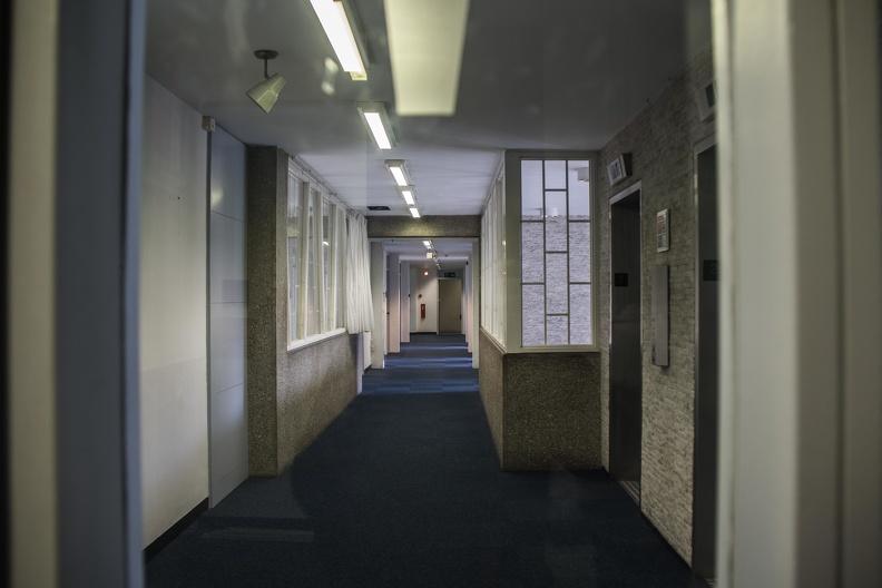 v/h Amerikaanse ambassade -- Lege gangen