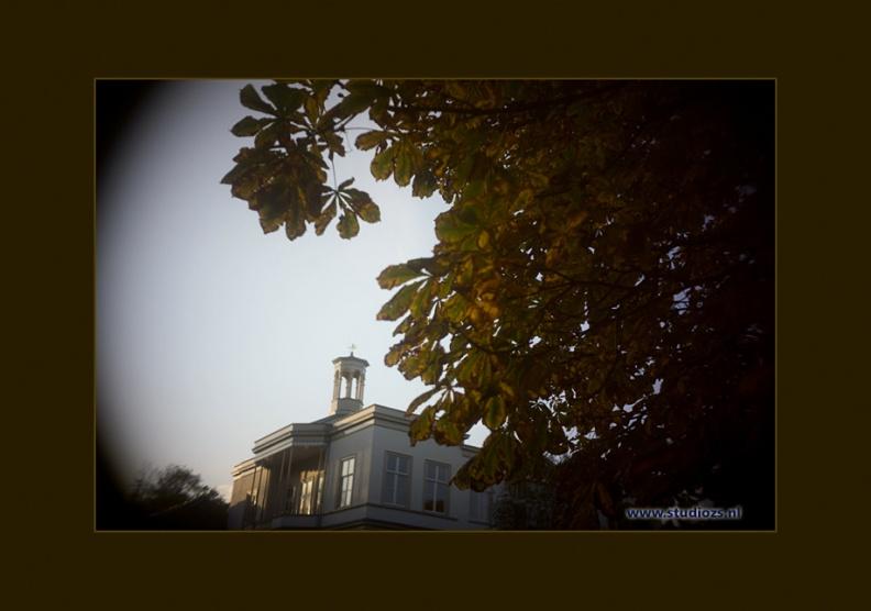 Deze toren heeft veel meegemaakt -- Herfstkleuren op Buitenplaats Ockenburg